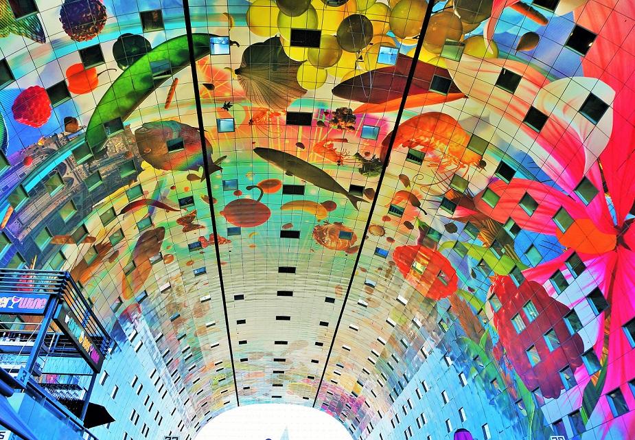 syn over de kunstneriske lofter i markthal i rotterrdam