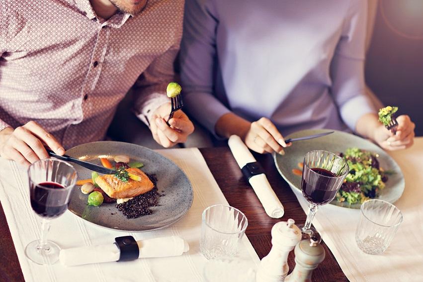 par der spiser gourmetmad på hotel