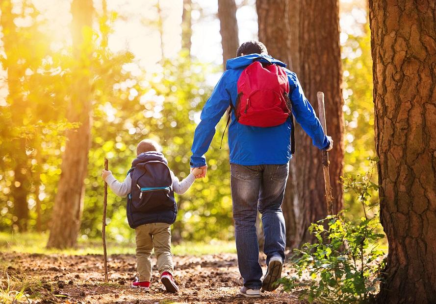 far og søn på vandretur
