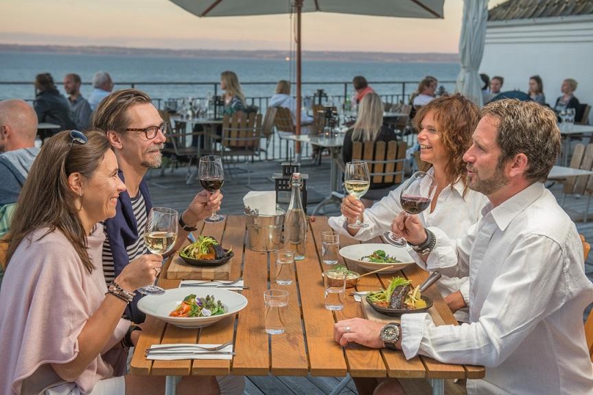 glade restaurantgæster på rusthållargården