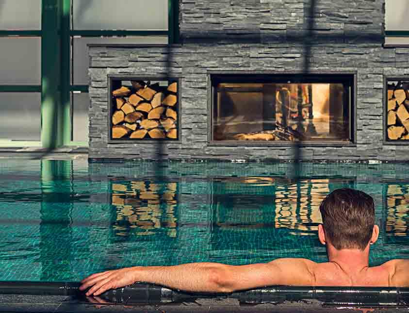 mand der slapper af i poolen på falkenberg strandbad