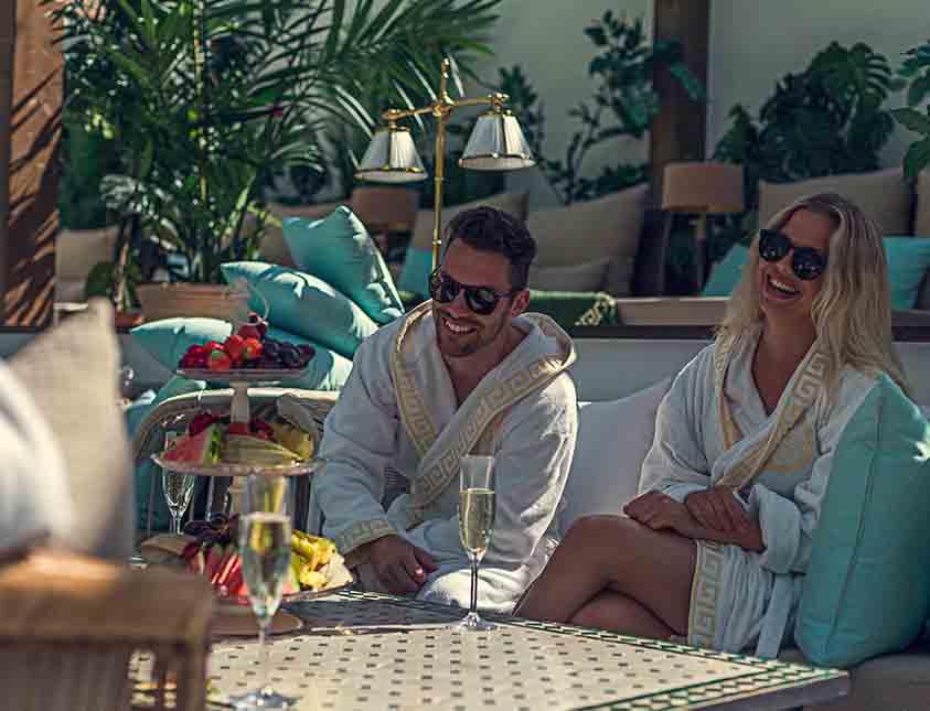 Par der drikker champagne i Retreat Club på Falkenberg Strandba