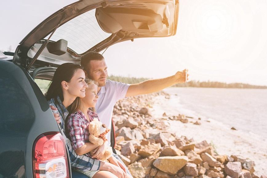 familie på kør selv ferie stopper ved havet