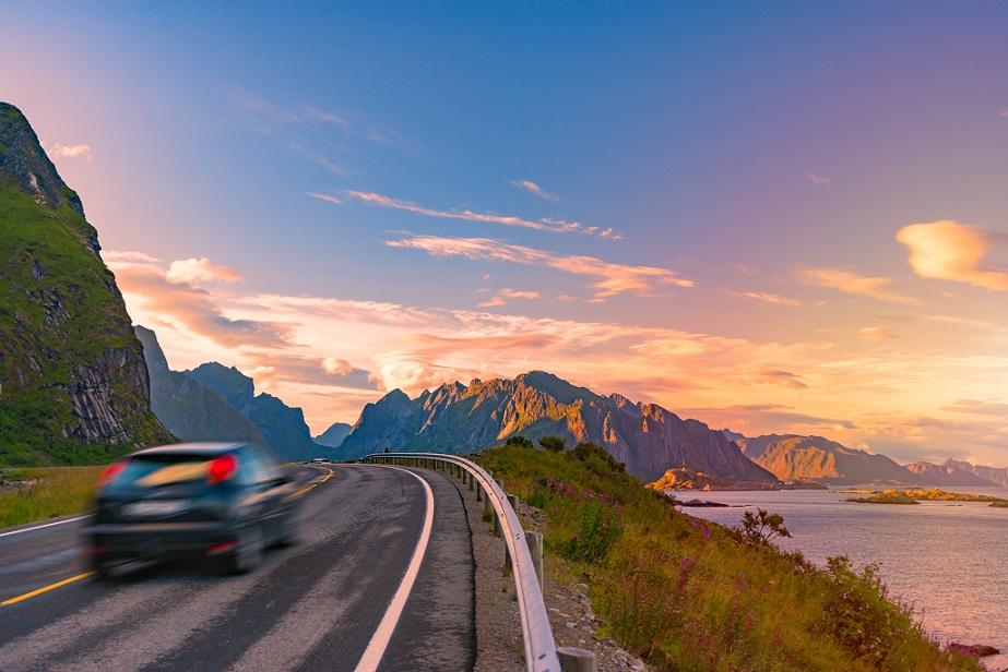 bil på norsk landevej