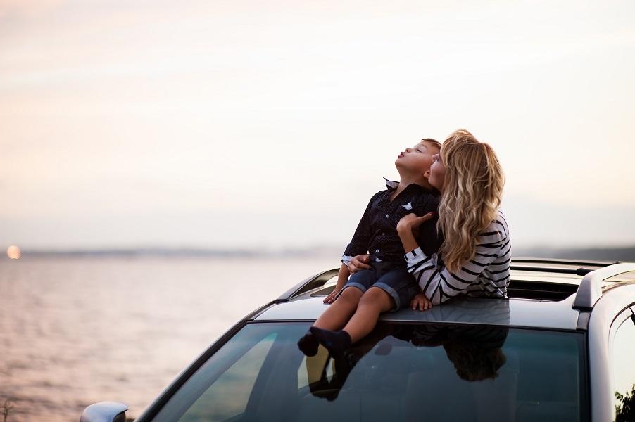 mor og søn på bilferie nyder en pause