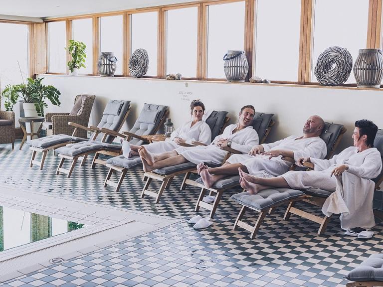 hotelgæster der slapper af i badekåber på smögens hafvsbad