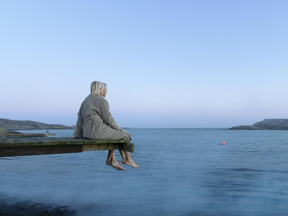 ægtepar der kigger ud over havet på Smögens Hafvsbad