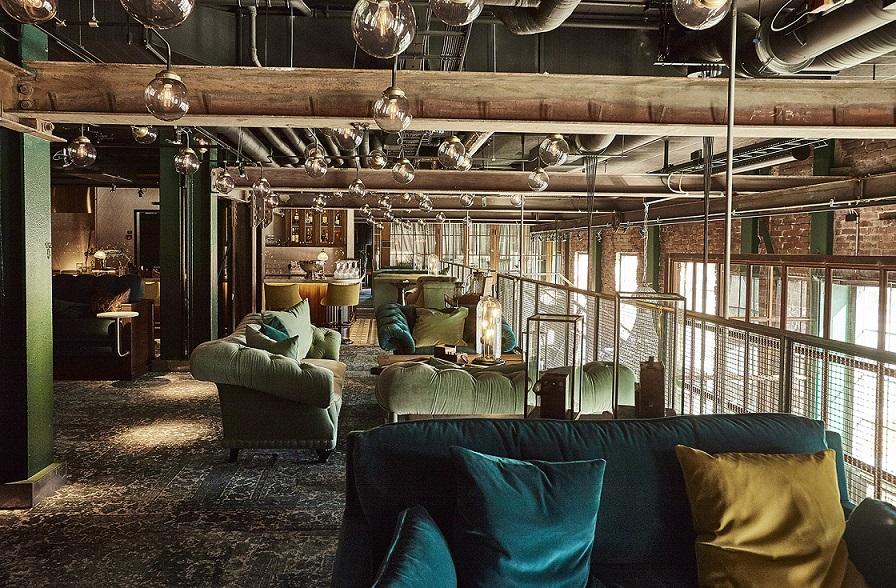 hyggehjørne med sofaer og lænestole på steam hotel