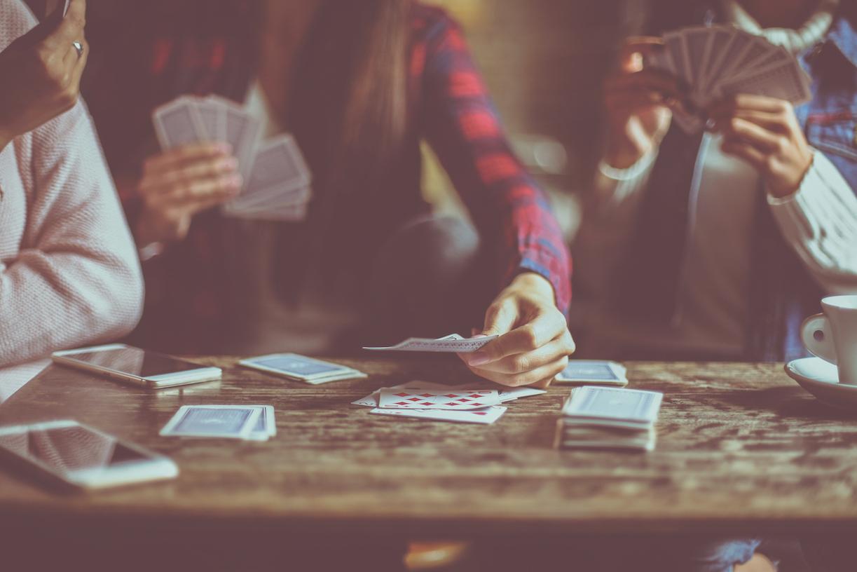 mennesker der spiller kort på café