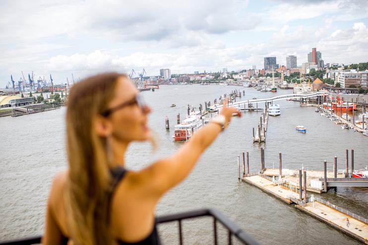 kvinde der kigger over Hamborg havn