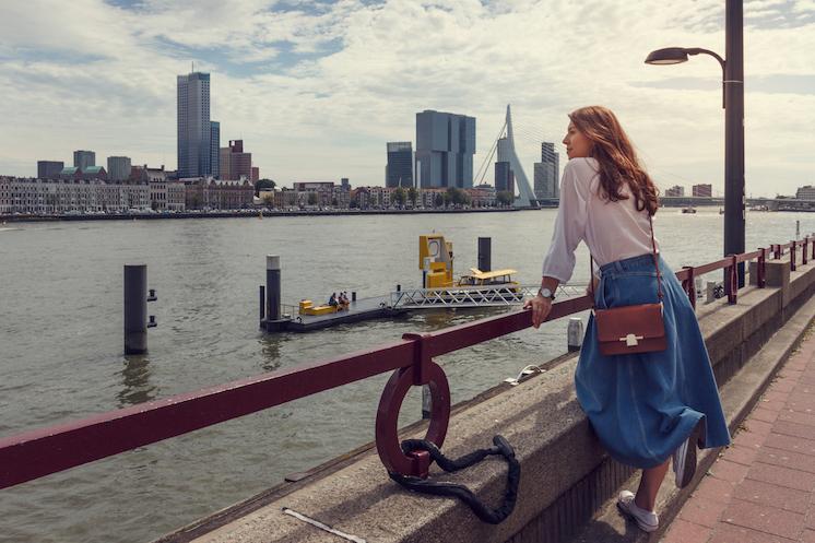 Kvinde der nyder udsigten over Rotterdam
