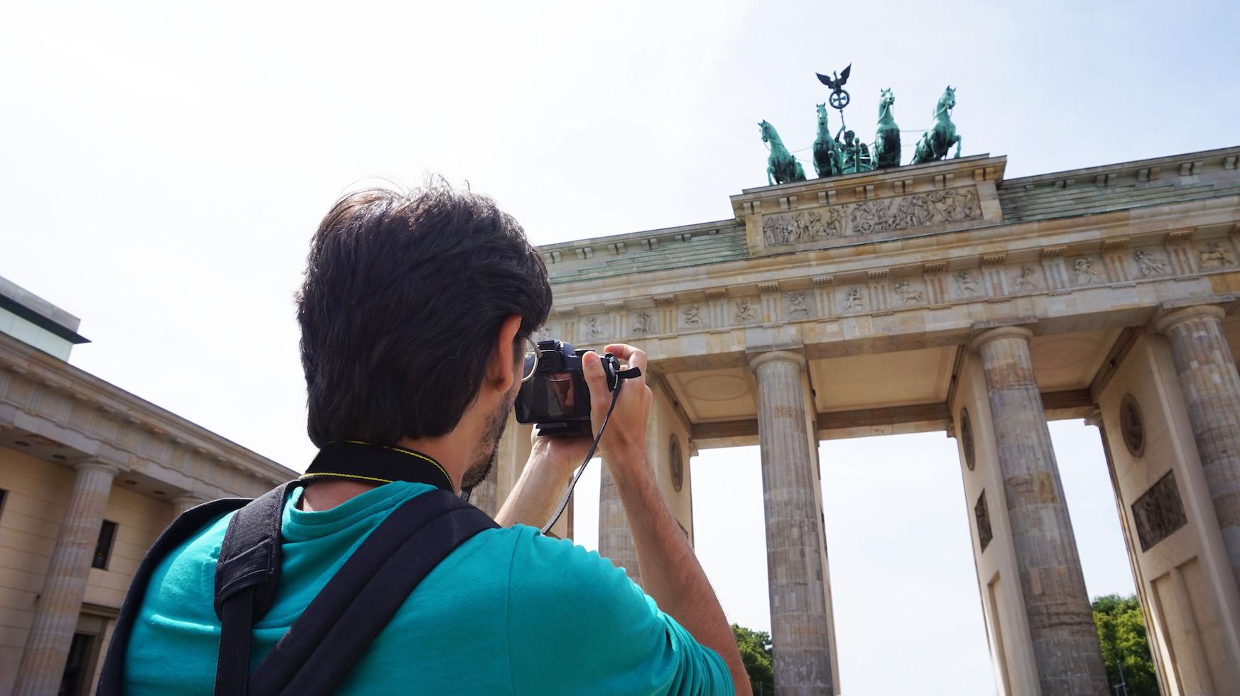 mand tager tager billede foran Brandenburger Tor i Berlin