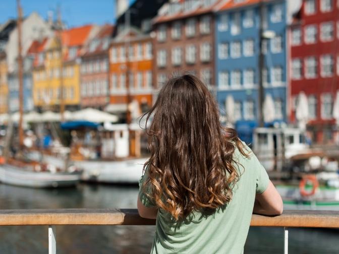 pige der kigger ud over Nyhavn