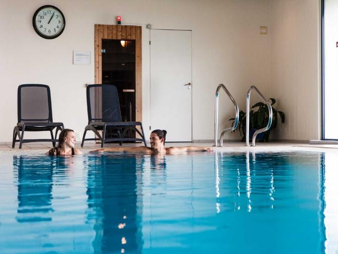 par der slapper af i poolen på Helnan Marselis